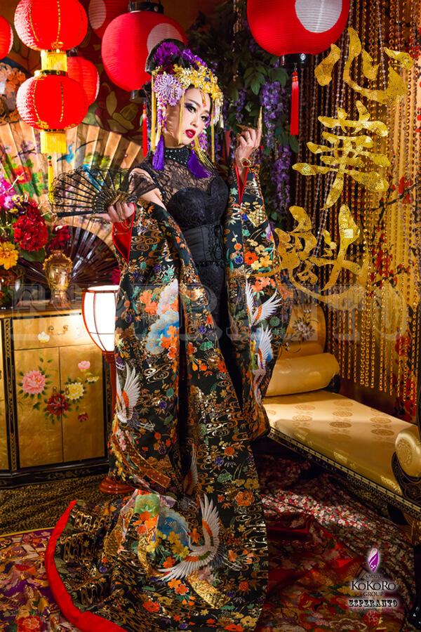 チャイナドレスを着て楽しむ中華花魁